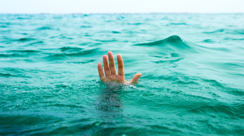 wallpapers-sea-life-drowning-aid-water-a-situation-man-hand-1366x768